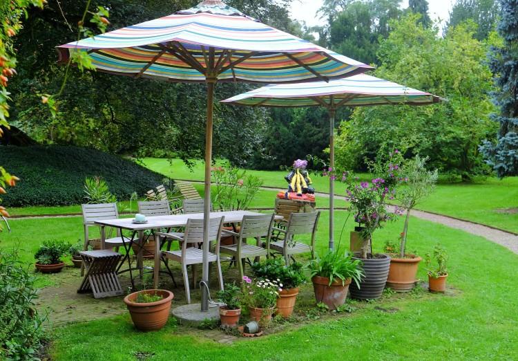 Sitzecke und Rasen